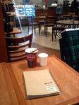 シアトルズベストコーヒー新宿南口店(長方形テーブルと内観)